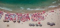חוף ים עם שמשיות