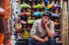 מוכר נעליים בשוק