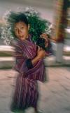 ילד עם זר פרחים