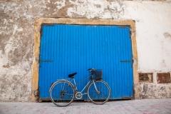 אופניים על דלת כחולה