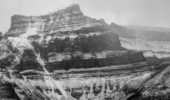 הר מושלג בשחור לבן