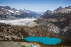 אגם כחול בהרים