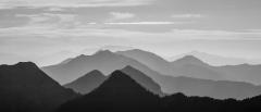 הרים בשחור לבן