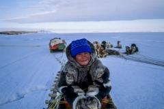 ילד על מזחלת שלג